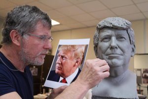 Eric Saint Chaffray vyrabí moel pro Trumpovu sochu 4