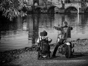 Motorkar, vozickar a Vltava
