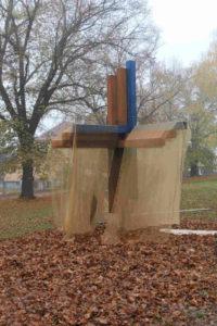 Nově postavený kříž smíření v Aleji Českých exulantů na Bílé hoře