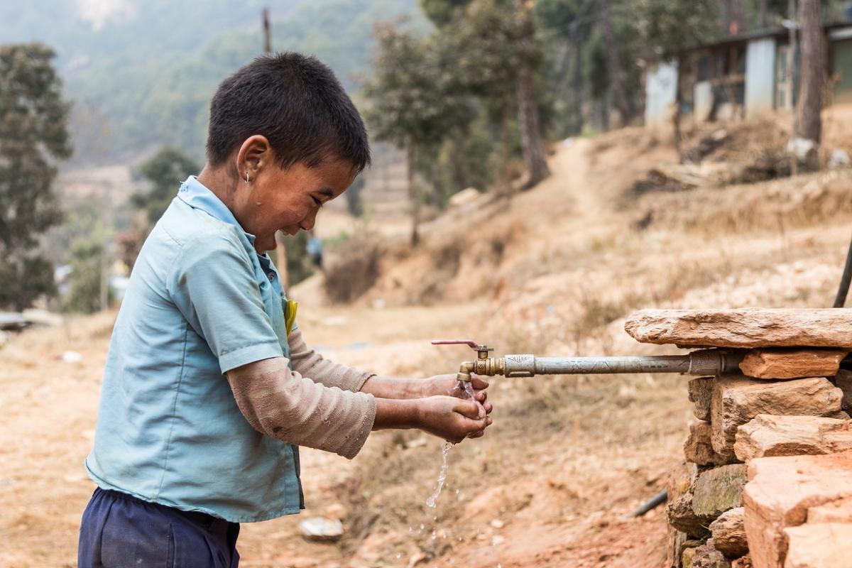 Nepal_chlapec u vody