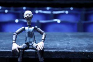 Figurka robota v hledišti Švandova divadla pochází z pozůstalosti Josefa Čapka a sloužila patrně k propagaci hry R U R