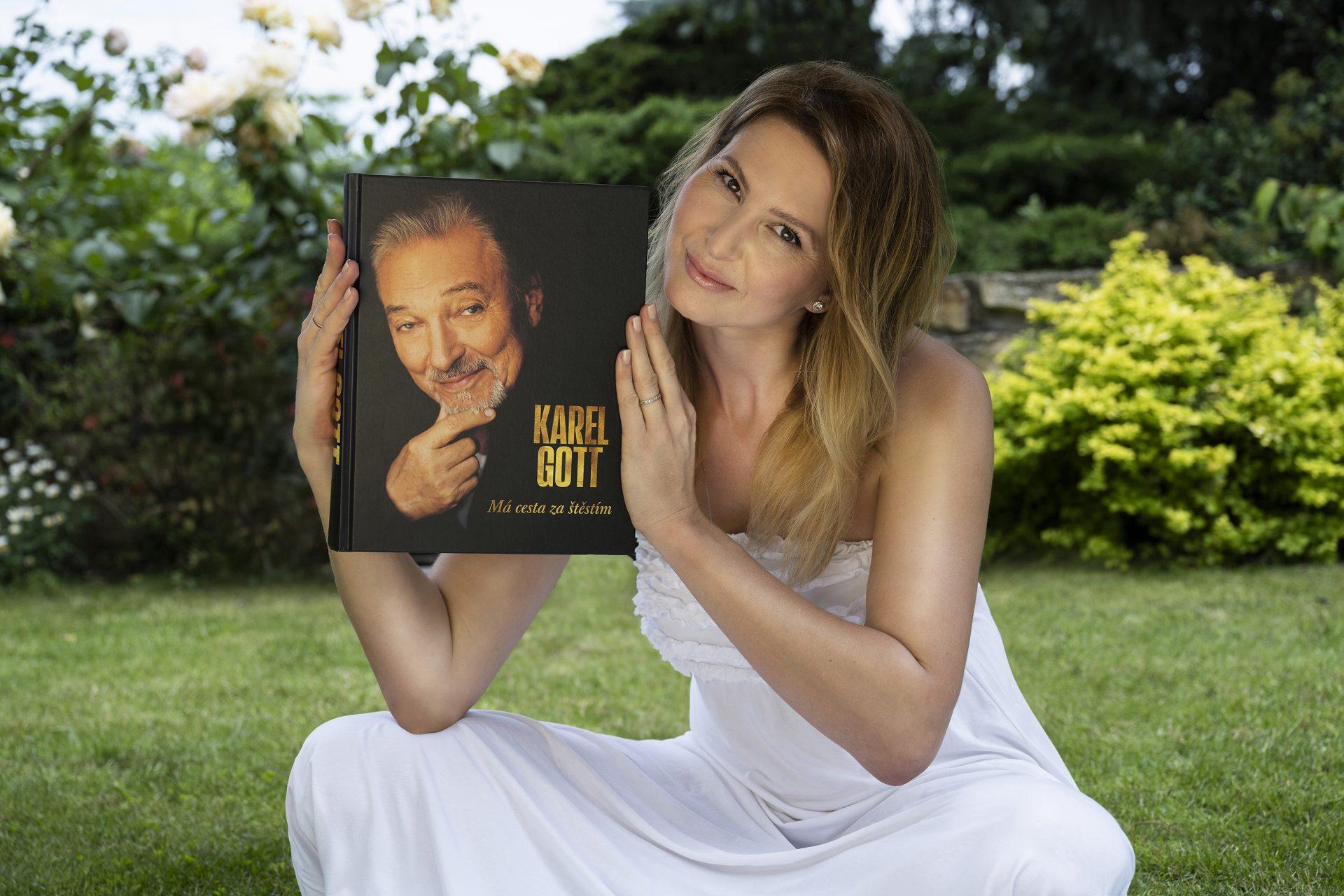 Ivana Gottová s knihou