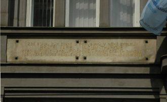 Pamětní deska na domě ve Vodičkově ulici