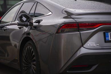 Toyota Mirai při čerpání vodíku do nádrže